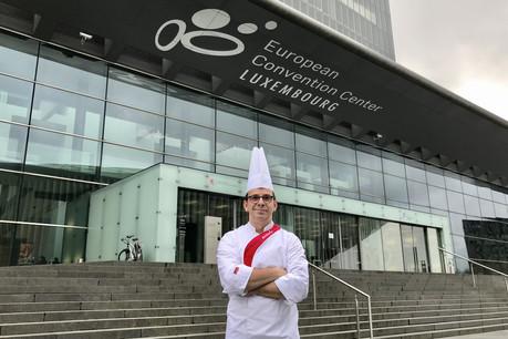 Le chef Christophe Jacquet pose fièrement devant l'ECCL, l'institution dont il est chargé des cuisines. (Photo: Maison Moderne)