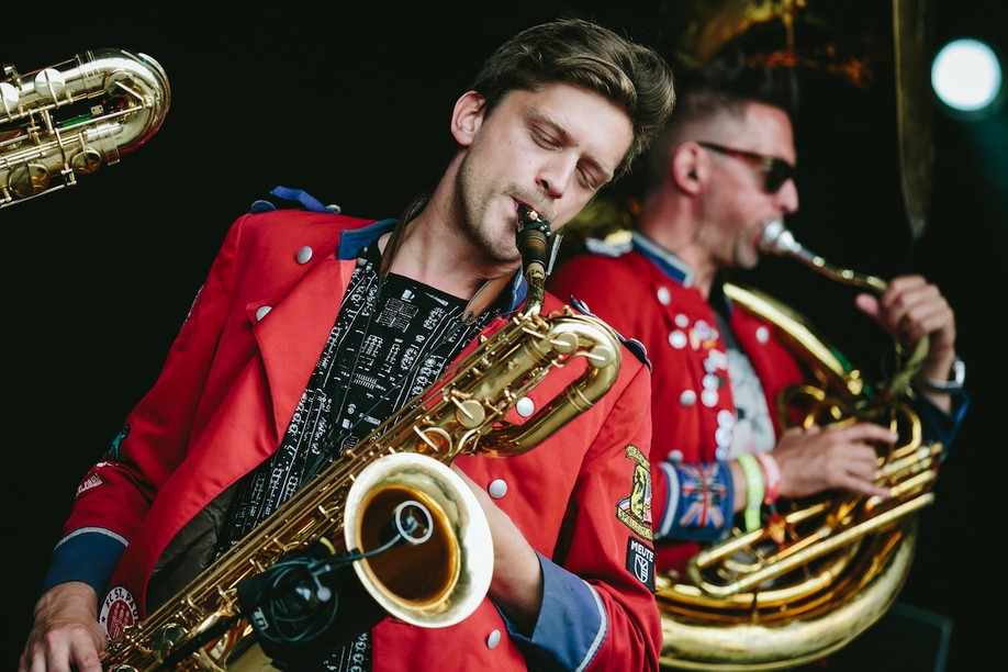 Hamburg techno marching band Meute, seen here on stage in 2019, will shake things up on the Glacis on Saturday 7 August. Chris W. Braunschweiger /Creative Commons
