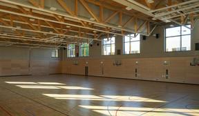 The sports hall has a wood and metal frame.          (Decker, Lammar & Associés)