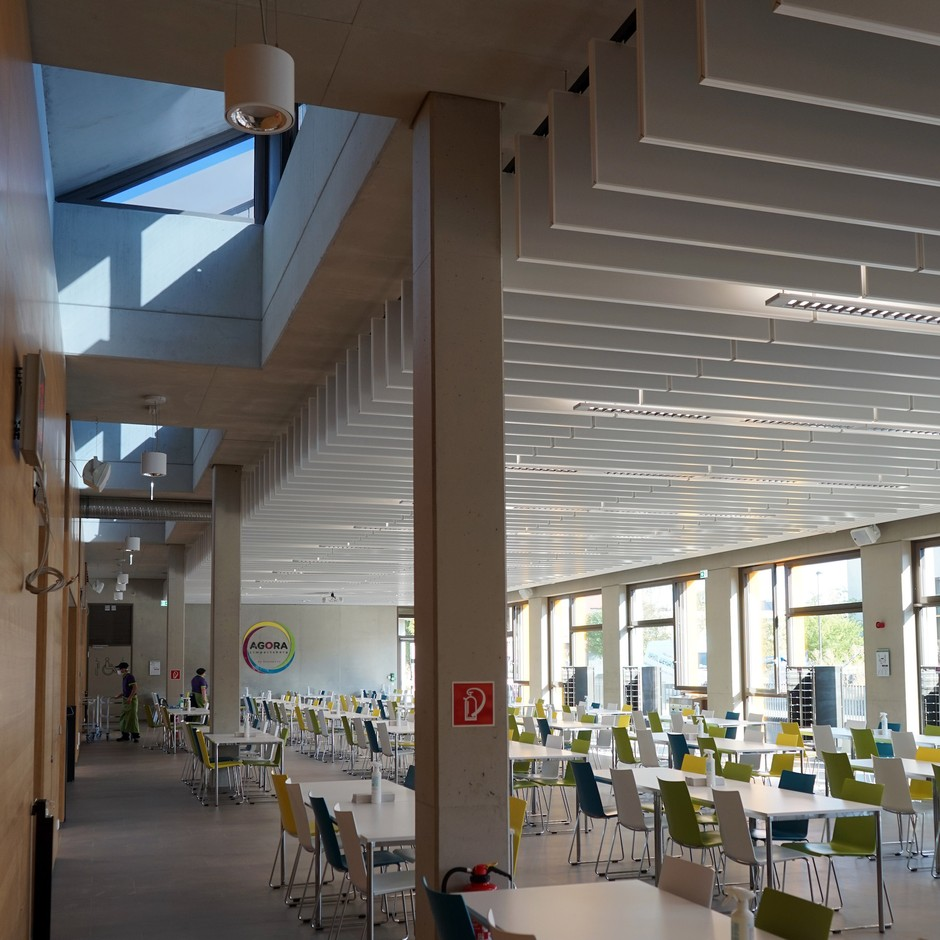 The new school canteen room is well lit thanks to the bay windows.                           (Decker, Lammar & Associés)