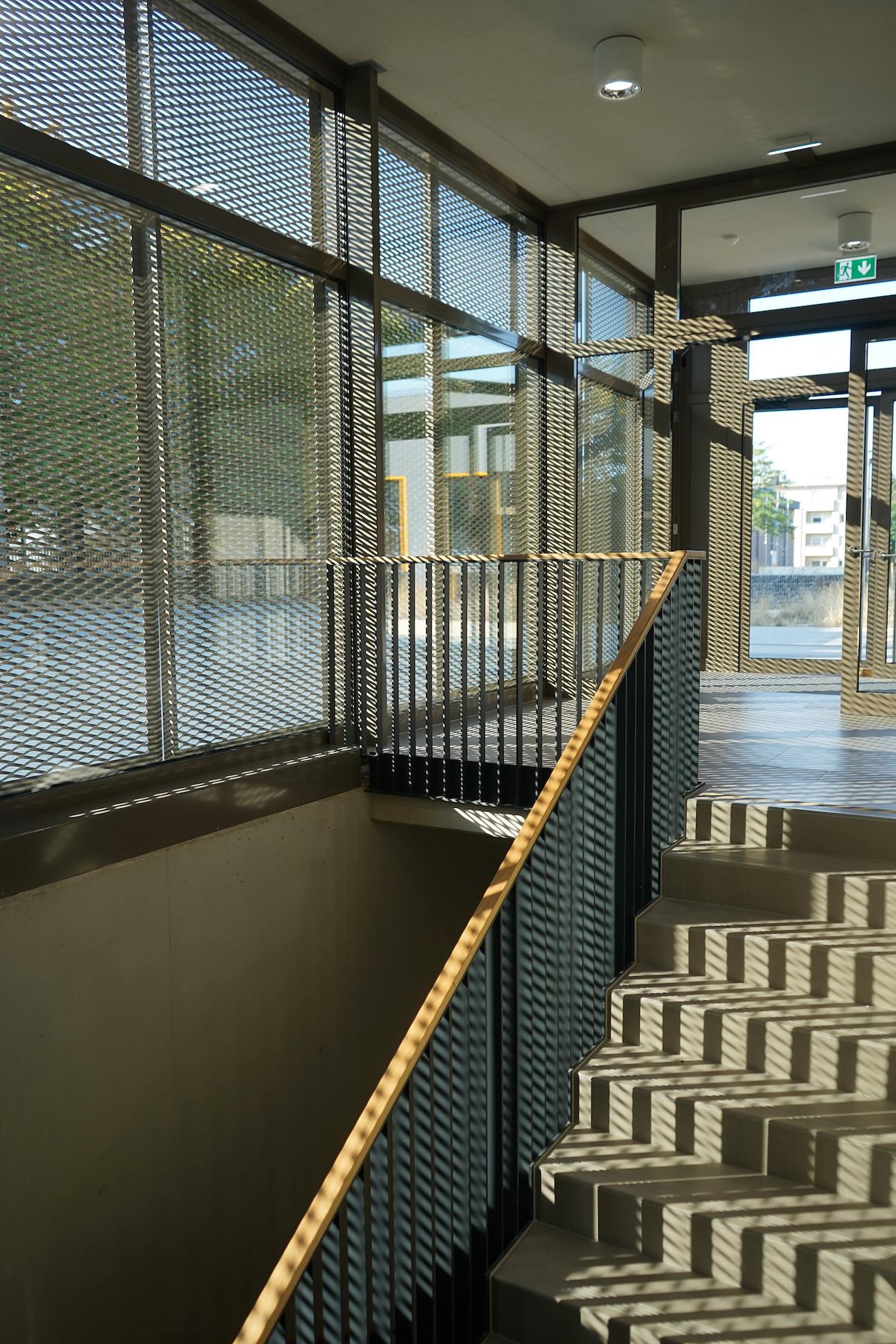 Metal mesh panels serve as solar protection.                               (Decker, Lammar & Associés)