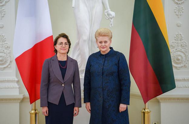 ClaireLignières-Counathe (à gauche) est encore, pour quelques semaines, l'ambassadrice de France en Lituanie. (Photo: Ambafrance)