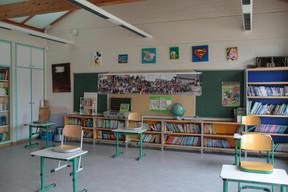 Les bureaux des élèves sont espacés de plus de deux mètres, comme le préconisent les autorités. ((Photo: Matic Zorman / Maison Moderne))