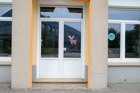 Les entrées se font ici, par des accès séparés permis par l'architecture des lieux. Une école signée par Christian Bauer. ((Photo: Matic Zorman / Maison Moderne))