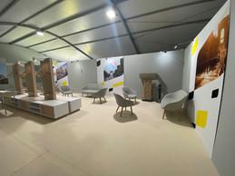 Séquence backstage: la petite salle où se retrouvent vainqueurs, leaders des maillots distinctifs et officiels avant la remise protocolaire. ((Photo: Maison Moderne))