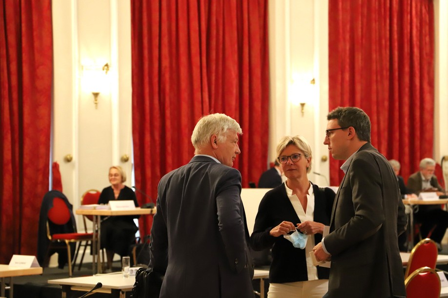 Claude Wiseler and Martine Hansen of the CSV talk with Sven Clement of the Pirate Party in the Chamber of Deputies following the presentation of the Waringo report on Monday. Chamber of Deputies / Flickr