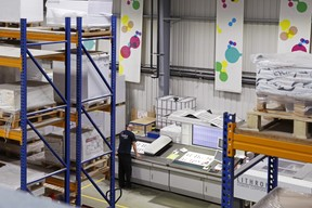 La question des emballages des palettes de papier se pose: Reka tente d'utiliser du film biodégradable, du moins lorsque cela est possible. ((Photo: Olivier Minaire))