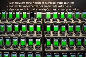 Des «douchettes» permettent de scanner les articles de son panier. ((Photo: Nader Ghavami))