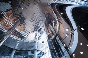 L'entrée du centre commercial utilise des miroirs pour théâtraliser l'espace. ((Photo: Nader Ghavami))
