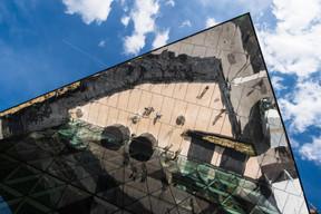 À l'extérieur, l'entrée principale est marquée par ce jeu de miroirs. ((Photo: Nader Ghavami))