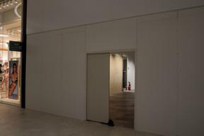 Au total, huit boutiques ont fermé leurs portes depuis le déconfinement, sans compter six autres cellules restées vacantes depuis l'inauguration du centre en mai2019. ((Photo: Matic Zorman/Maison Moderne))