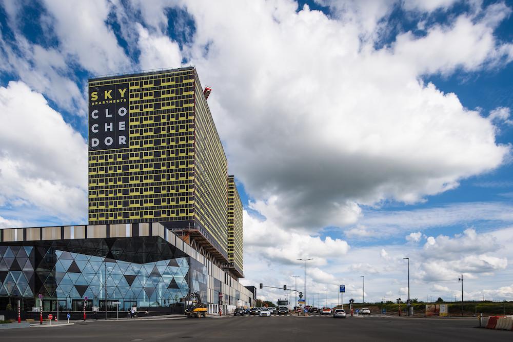 Le centre commercial surplombé de deux tours, qui en font un complexe inédit au Luxembourg. (Photo: Nader Ghavami)