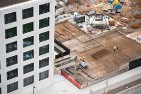 Trois chantiers se déroulent derrière le siège de Deloitte. ((Photo: Anthony Dehez))