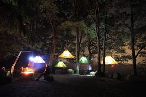 Après un repas sous la forme d'un barbecue, chacun rejoint son portaledge pour la nuit. ((Photo: cloefhaenger.com))