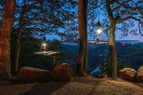 Les portaledges à la nuit tombante. ((Photo: cloefhaenger.com))