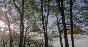 On loge à deux sur chaque portaledge, à deux ou trois mètres de hauteur.                               ((Photo: cloefhaenger.com))