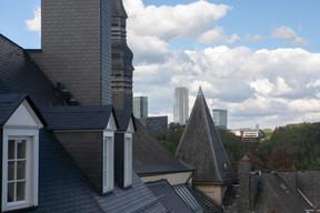 Vue sur les toits de la vieille ville, avec le Kirchberg, au fond. ((Photo: Matic Zorman/Maison Moderne))