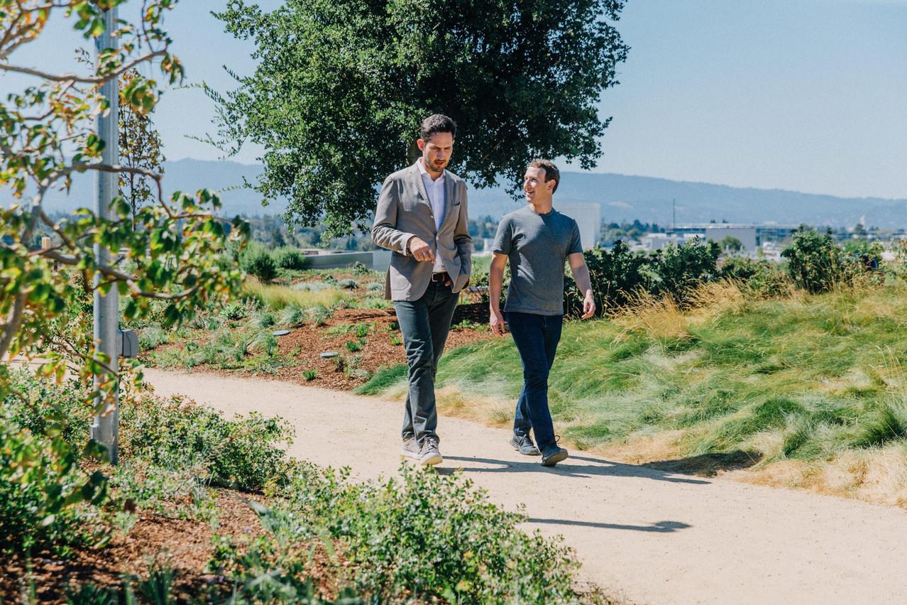 Mark Zuckerberg, cofondateur de Facebook, et Kevin Systrom, cofondateur d'Instagram, pratiquent le «co-walking» ou «walk and talk». (Photo: Facebook)