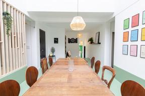 La salle à manger et sa table en bois. Et son coin jeu, aménagé là pour créer des liens entre les six «colivers». ((Photo: Cocoonut))
