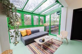 À l'étage à l'avant, un petit salon sous la verrière plein sud. ((Photo: Cocoonut))