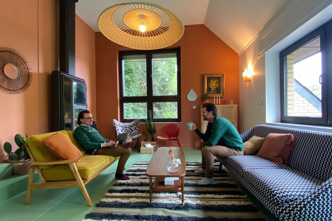 Aurélien Dobbels et NicolasLegay posent pour la photo. Les deux entrepreneurs enchaînent les rendez-vous et les petits travaux pour rendre leur premier espace de coliving au niveau des attentes. (Photo: Maison Moderne)