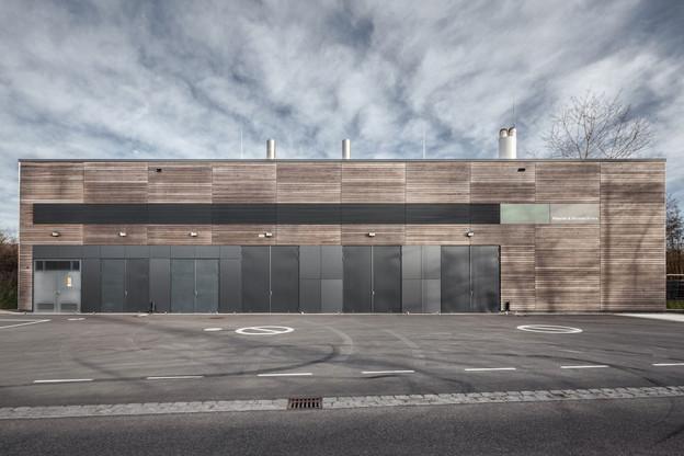 La centrale de cogénération conçue par Metaform Architects se présente comme un volume simple et compact. (Photo: Steve Troes Fotodesign)