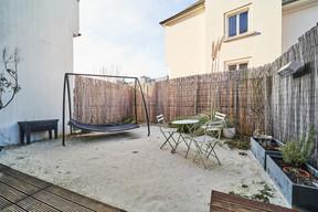 Au lieu d'avoir un jardinet ou une terrasse, l'extérieur est aménagé en plage, avec du vrai sable fin! ((Photo: Andrés Lejona/Maison Moderne))
