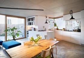 La cuisine est très importante pour Donato Rotunno, et c'est un espace pour lequel il n'a fait aucune concession. La hauteur est adaptée à sa taille, il a insisté pour avoir une plaque au gaz, et la fenêtre d'angle cadre la vue. ((Photo: Andrés Lejona/Maison Moderne))