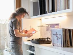 Donato Rotunno possède une immense collection de vinyles, qu'il écoute dans l'espace de vie. Une bibliothèque entière leur est dédiée, mais on en trouve aussi ailleurs dans la maison, jusque dans la cave. ((Photo: Andrés Lejona/Maison Moderne))