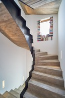 L'escalier est en béton avec une finition centrale en métal. Pas besoin de garde-corps, et il est suffisamment large pour être confortable. Le coffrage réalisé avec des planches de bois est laissé apparent. ((Photo: Andrés Lejona/Maison Moderne))