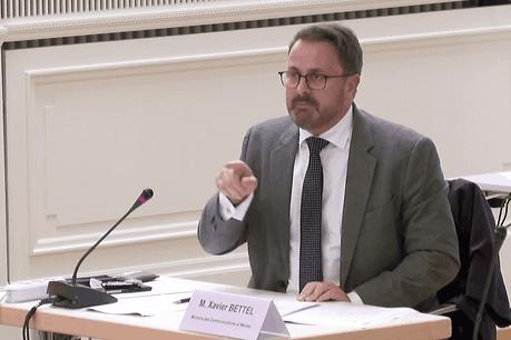 Pourtant présent avec deux ministres, signe du sérieux avec lequel il prenait le débat sur la 5G, le chef du gouvernement, XavierBettel, a été chahuté par Concetta Valvason, à l'initiative de la pétition «Stop5G» au Luxembourg. (Photo: Paperjam)