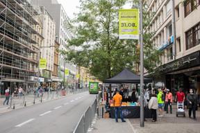 L'affluence est moins marquée dans l'avenue de la Gare, ouverte au trafic des bus et marquée par une série de commerces fermés. ((Photo: Matic Zorman/Maison Moderne))
