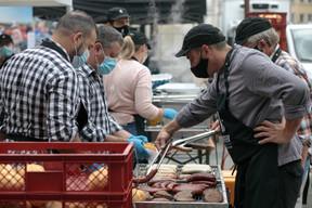 Coronavirus oblige, la vente d'aliments était limitée au «food village» du Knuedler avec sept stands différents. ((Photo: Matic Zorman/Maison Moderne))