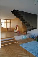Afin de rompre la profondeur de l'immeuble, l'espace intérieur est traité avec des différences de niveaux.                      ((Photo: Decker, Lammar et Associés))