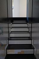 L'escalier est le grde corps sont réalisés avec le même élément métallique.                         ((Photo: Decker, Lammar et Associés))