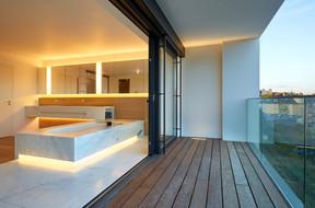 Dans cette salle de bains dessinée par NJOY, on trouve à la fois un éclairage soutenu au niveau du miroir, un éclairage indirect plus doux pour l'ambiance, et un spot intégré dans le sol de la terrasse pour prolonger la perception de l'espace. ((Photo: Christof Weber))