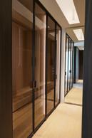 Pour ce dressing (architecte d'intérieur: NJOY), une lumière diffuse au plafond assure un éclairage homogène, pendant que des éclairages linéaires cachés dans les montant de portes vitrées éclairent l'intérieur des rangements. ((Photo: Nathalie Jacoby))