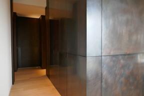 Un petit éclairage indirect de 2W suffit à éclairer cette zone de passage (architecte d'intérieur: NJOY). ((Photo: Maria Luisa Guerrieri Gonzaga))