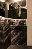 Éclairages direct et indirect se mélangent et mettent en valeur les matériaux et l'architecture de cet espace dessiné par NJOY. ((Photo: Patty Neu))