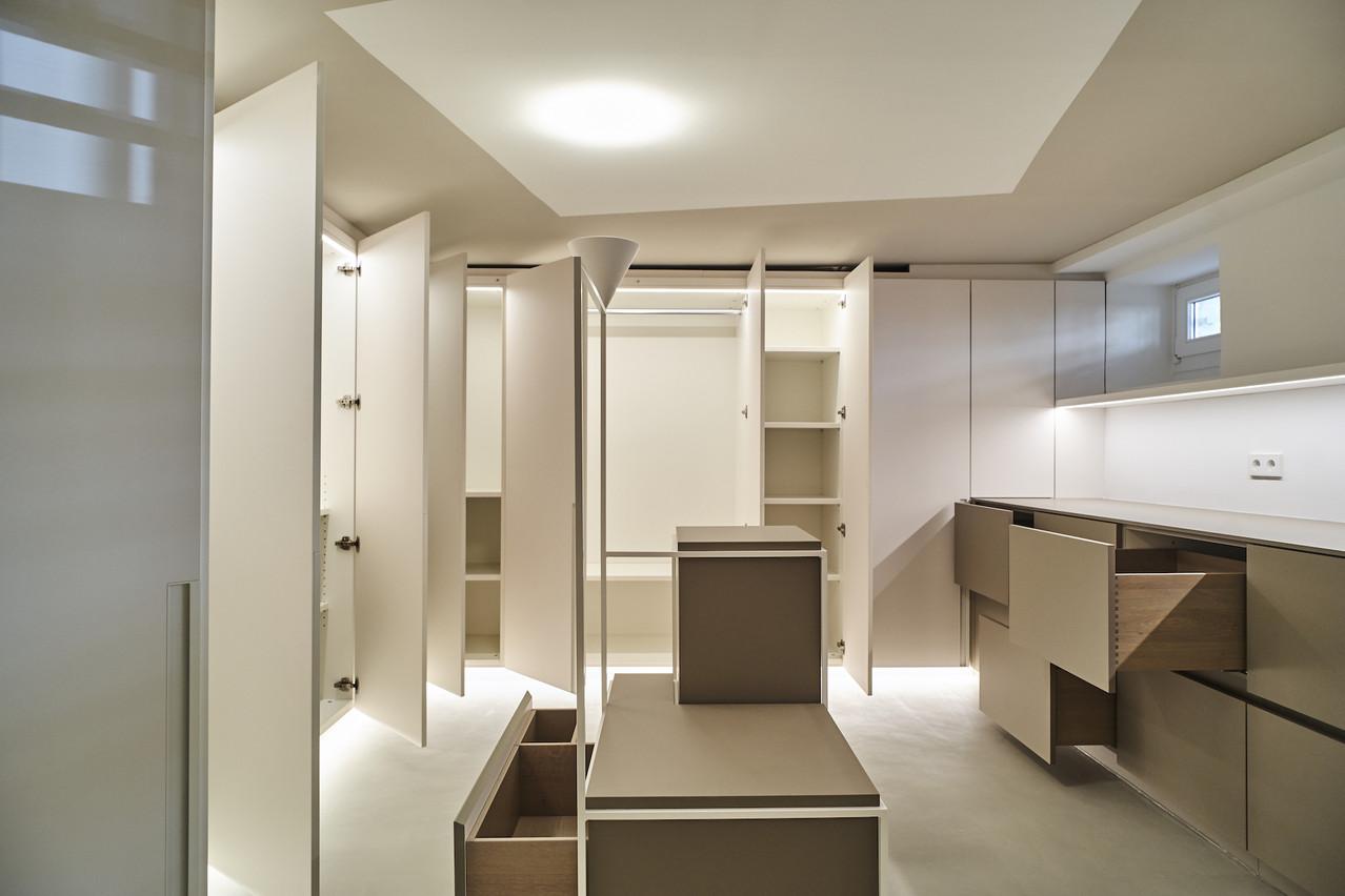 Profusion de lumière pour cet espace pourtant en sous-sol: lumière dans les placards, directe sur le plan de travail, indirecte vers le plafond et le sol (architecture d'intérieur: NJOY) (Photo: LCGDP/UPPERCUT
