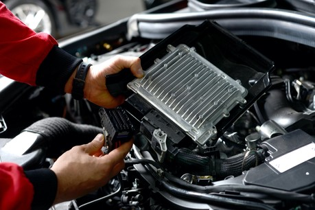 Les voitures, qui sont de plus en plus électroniques et de plus en plus électrifiées, comptent jusqu'à 1.400puces électroniques. (Photo: Shutterstock)