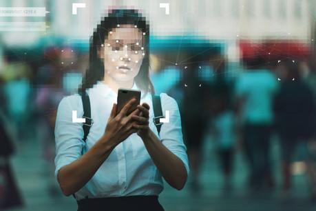 Parmi les technologies en plein boom figurent celles d'identité numérique, qui permettent aux utilisateurs d'utiliser leurs téléphones pour avoir accès à des services bancaires ou financiers. (Photo: Shutterstock)