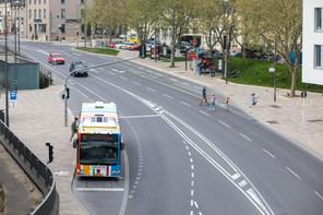 La gratuité des transports publics en vigueur depuis le 29 février 2020 ne semble pas avoir amené davantage d'utilisateurs: la voiture reste plébiscitée par 6 résidents sur 10 pour se rendre au travail. (Photo: Matic Zorman/Maison Moderne)