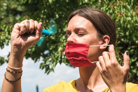 Cuisiniers, serveurs, vendeurs, caissiers, policiers… Malgré la canicule, beaucoup doivent porter le masque pendant des journées entières. (Photo: Shutterstock)