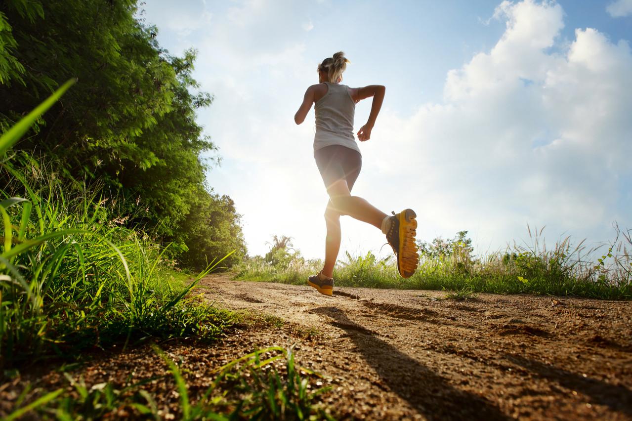 Beaucoup de coureurs aiment faire une sortie durant leur pause de midi. Reste à savoir comment bien s'alimenter avant. (Photo: Shutterstock)