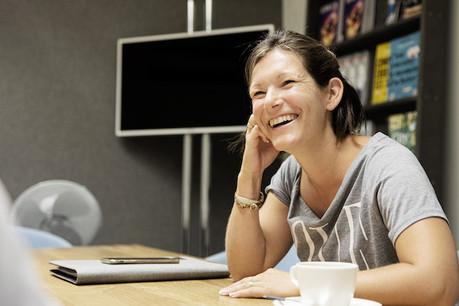 Pour avoir d'autres compétences, les entreprises vont chercher leurs salariés de plus en plus loin. Bénédicte Souy les aide à obtenir leur permis de travail. (Photo: Jan Hanrion)