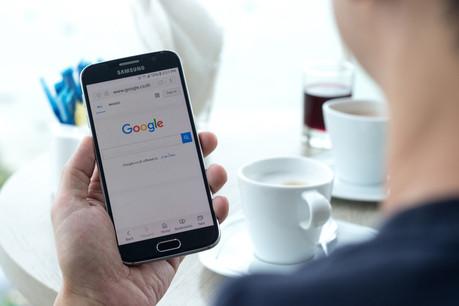 Tandis qu'Apple travaille à son propre moteur de recherche, Google voit son système d'enchères pour moteurs alternatifs critiqué en Europe. (Photo: Shutterstock)
