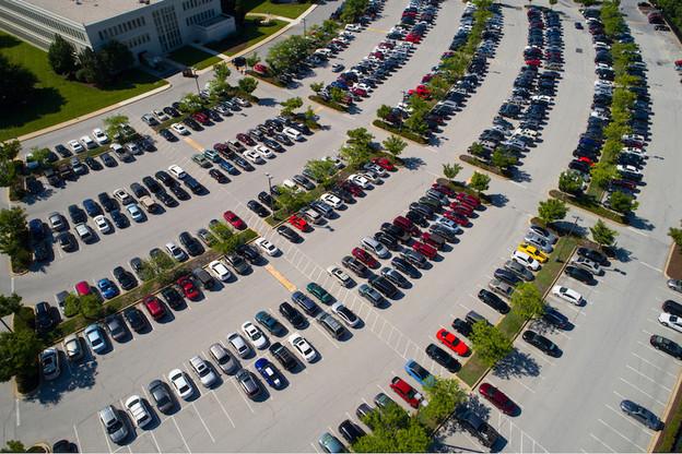 Autour des bâtiments d'une entreprise, les espaces non bâtis sont, la plupart du temps, des aires imperméabilisées (cours, parkings, chemins d'accès). (Photo: Shutterstock)