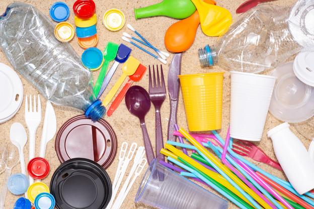 Dès juillet2021, les couverts ou pailles en plastique devraient être interdits dans les événements publics… Si la loi est votée d'ici là. (Photo: Shutterstock)