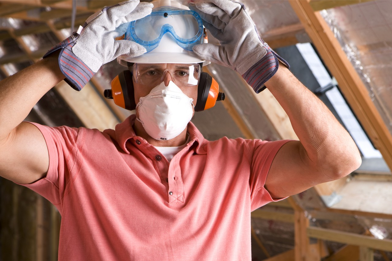 Les salariés de la construction qui reprennent le travail le 20 avril devront porter un masque. (Photo: Shutterstock)
